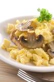 Oeufs brouillés et champignons de couche sur le pain grillé Photos libres de droits