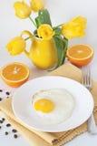 Oeufs brouillés et oranges Photographie stock libre de droits