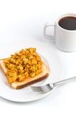 Oeufs brouillés sur le pain grillé avec du café Photo libre de droits