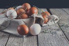 Oeufs bruns de poulet frais sur le bois rustique, concept d'agriculture biologique photo stock