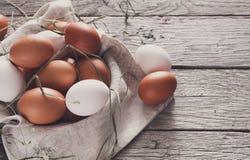 Oeufs bruns de poulet frais sur le bois rustique, concept d'agriculture biologique images stock