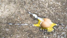 Oeufs cassés sur la rue photographie stock libre de droits