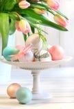 Oeufs colorés avec des proues et des tulipes Photographie stock