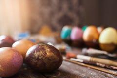Oeufs colorés avec l'espace libre de pinceaux Photos stock