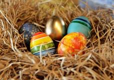Oeufs colorés de Pâques dans le nid, plan rapproché Images libres de droits