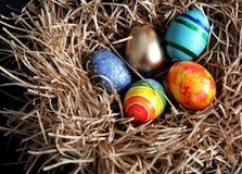 Oeufs colorés de Pâques dans le nid, plan rapproché Photos stock