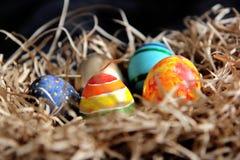 Oeufs colorés de Pâques dans le nid, plan rapproché Images stock