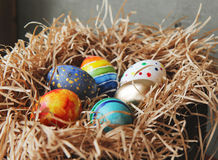 Oeufs colorés de Pâques dans le nid, plan rapproché Image stock