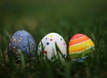 Oeufs colorés de Pâques sur le fond d'herbe verte Image libre de droits