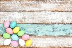 Oeufs colorés par pastel de décoration de Pâques Image stock