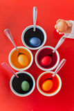 Oeufs colorés pour Pâques dans des cuvettes Image stock