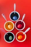 Oeufs colorés pour Pâques dans des cuvettes Photo libre de droits