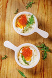 Oeufs cuits au four avec le caviar rouge Photos stock