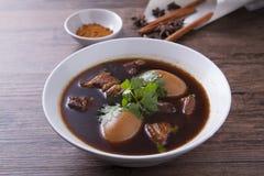 Oeufs cuits avec du porc dans la cuvette blanche Image stock