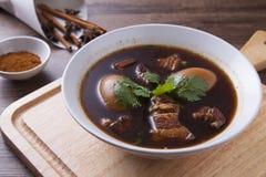 Oeufs cuits sur le bloc en bois, bonne nourriture pour le petit déjeuner Image stock