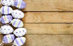 Oeufs décorés dans le nid Photo stock