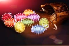 Oeufs décorés des fils et des perles lumineux de couleur sur le noir Images stock
