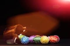 Oeufs décorés des fils et des perles lumineux de couleur sur le noir Photos libres de droits