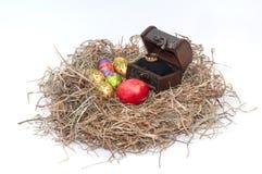 Oeufs décoratifs de chocolat et de poulet de Pâques dans le nid avec l'OE Photographie stock
