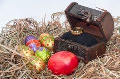 Oeufs décoratifs de chocolat et de poulet de Pâques dans le nid avec l'OE Photo stock