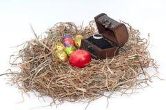 Oeufs décoratifs de chocolat et de poulet de Pâques dans le nid avec l'OE Photo libre de droits