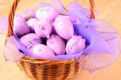 Oeufs décoratifs de Pâques dans le panier Photographie stock