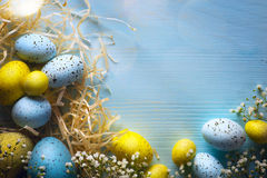 Oeufs d'Art Easter sur le fond en bois Photos stock
