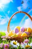 Oeufs d'Art Easter sur le panier Photographie stock