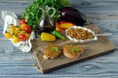 Oeufs d'aubergine sur une table en bois photos libres de droits