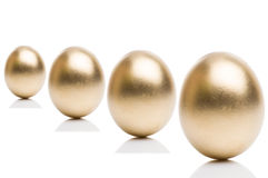 Oeufs d'or de d'isolement sur un fond blanc Photo libre de droits