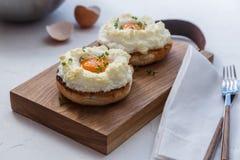 Oeufs d'Orsini avec du pain grillé, l'espace de copie photographie stock