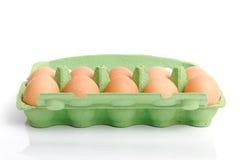 Oeufs dans le cadre vert. Images stock