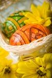 Oeufs dans le panier de Pâques photographie stock