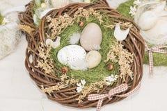 Oeufs dans un panier de guirlande, décorations de Pâques, chez l'Easte annuel Photos stock