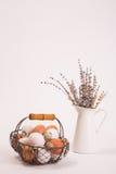 Oeufs dans un panier et lavande dans une tasse Image stock