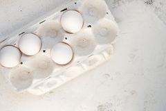 Oeufs dans une boîte spéciale Quatre oeufs blancs Photographie stock