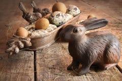 Oeufs de Brown pâques avec le lapin antique Photographie stock