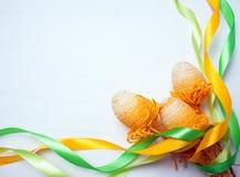 Oeufs de caille avec la bande en spirale verte et jaune sur le fond en bois blanc Concept de célébration de Pâques L'espace pour  Photos stock