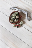 Oeufs de caille dans peu de panier sur le conseil en bois Décoration de Pâques Images stock