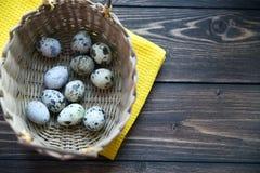 Oeufs de caille de Pâques dans le panier sur en bois rustique Photos stock