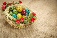 Oeufs de caille de Pâques dans un panier en osier Photographie stock libre de droits