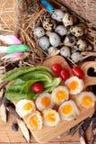 Oeufs de caille et oeufs sur le plat de caille de délicieux Photo stock