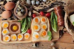 Oeufs de caille et oeufs sur le plat de caille de délicieux Image stock
