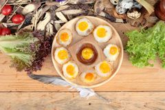 Oeufs de caille et oeufs sur le plat de caille de délicieux Photos libres de droits