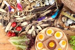 Oeufs de caille et oeufs sur le plat de caille de délicieux Photographie stock