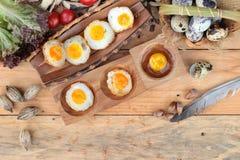 Oeufs de caille et oeufs sur le plat de caille de délicieux Images stock