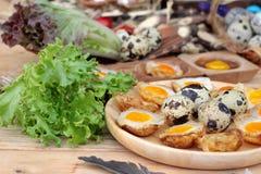 Oeufs de caille et oeufs sur le plat de caille de délicieux Image libre de droits