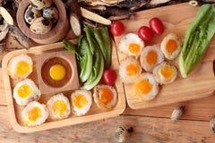 Oeufs de caille et oeufs sur le plat de caille de délicieux Photographie stock libre de droits