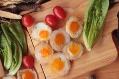 Oeufs de caille et oeufs sur le plat de caille de délicieux Photos stock