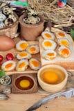 Oeufs de caille et oeufs sur le plat de caille de délicieux Photo libre de droits